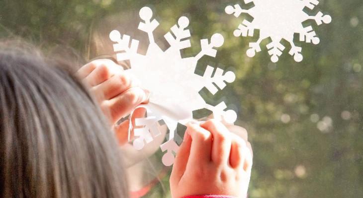 Як приклеїти сніжинку на вікно