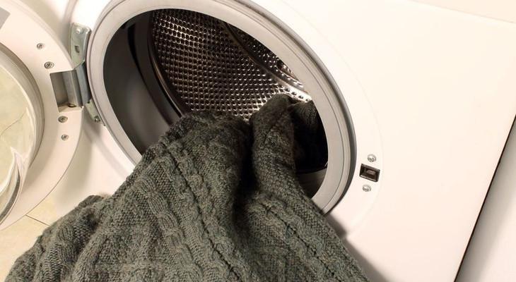 Як прати акриловий светр, щоб він не втрачав форму