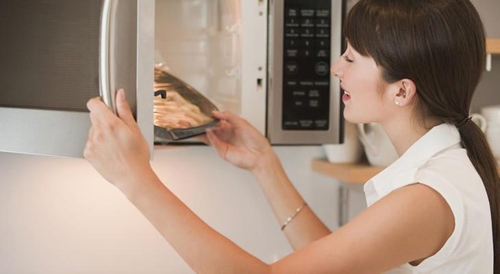 Чи можна ставити мікрохвильовку на холодильник