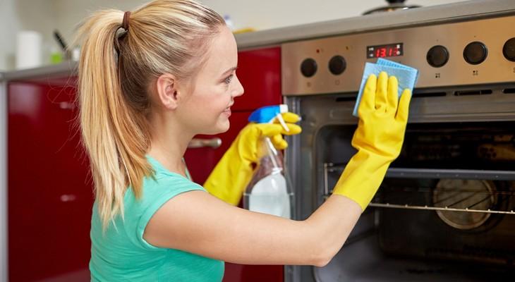 Яка очищення духовки краще: плюси і мінуси кожного типу