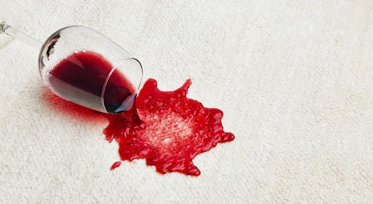 Як відіпрати червоне вино з білої і кольорової тканини