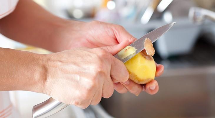 Як зберігати очищену картоплю, щоб вона не почорніла