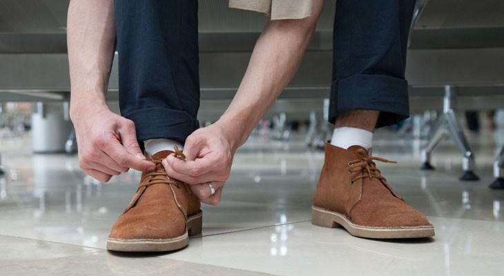 Як розносити замшеве взуття, яке тисне
