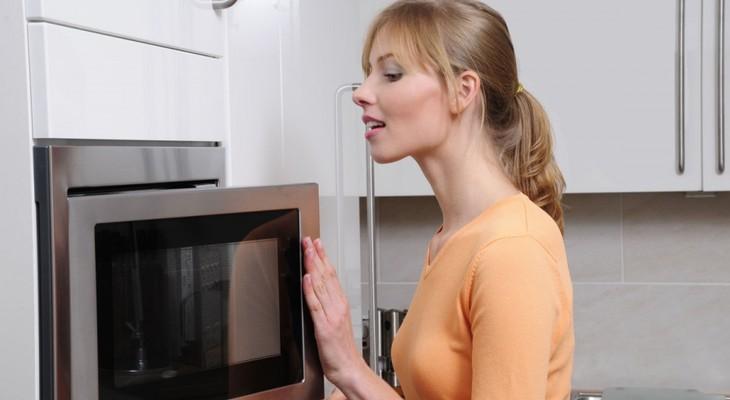 Як прибрати запах з мікрохвильовки: причини і способи позбавлення