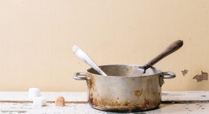 Як очистити алюмінієву каструлю, що пригоріла