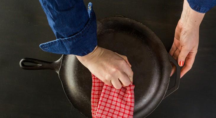 Як почистити чавунну сковороду в домашніх умовах