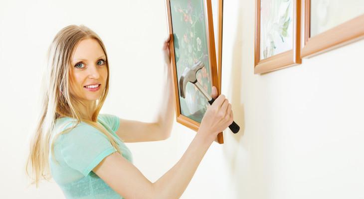 Як повісити картину без цвяхів і свердління