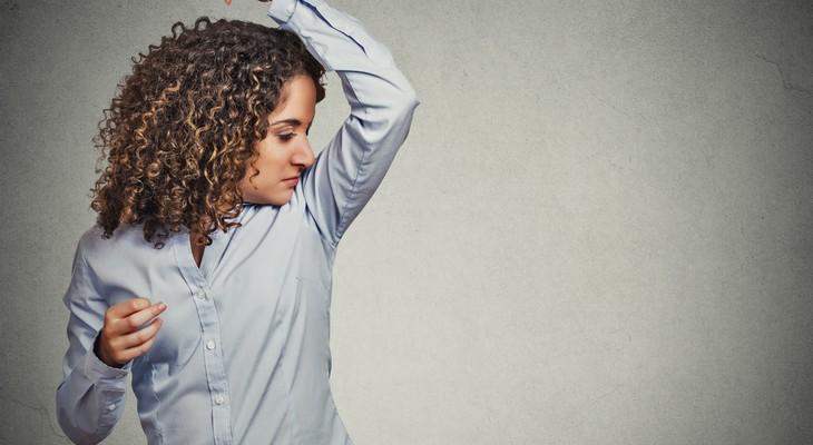Як відіпрати запах поту з одягу під пахвами