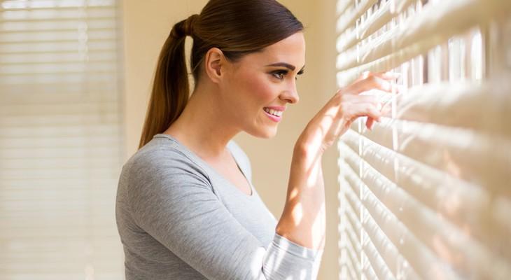 Як зняти жалюзі з вікна, щоб помити