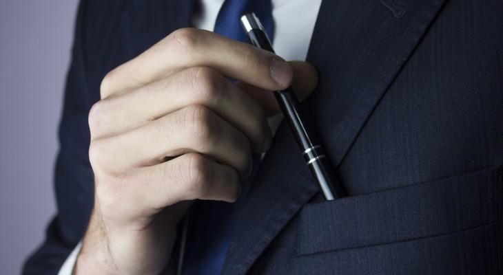 Як вивести пляму від кулькової ручки з одягу і меблів