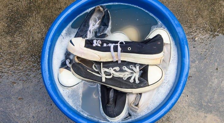 Як випрати кросівки вручну