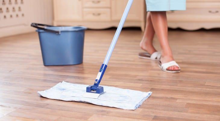 Як мити підлогу з ламінату шваброю, пароочищувачем і вручну