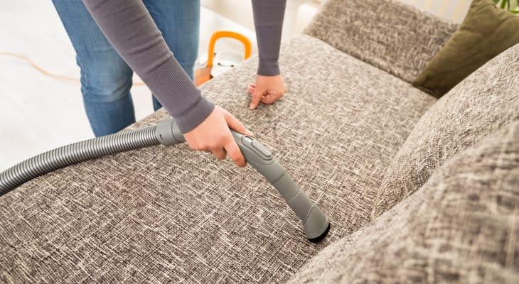 Як почистити оббивку дивана в домашніх умовах