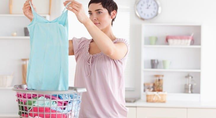 Як відіпрати плями від поту на білому або кольоровому одязі