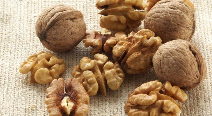 Як зберігати волоські горіхи (очищені або зелені)