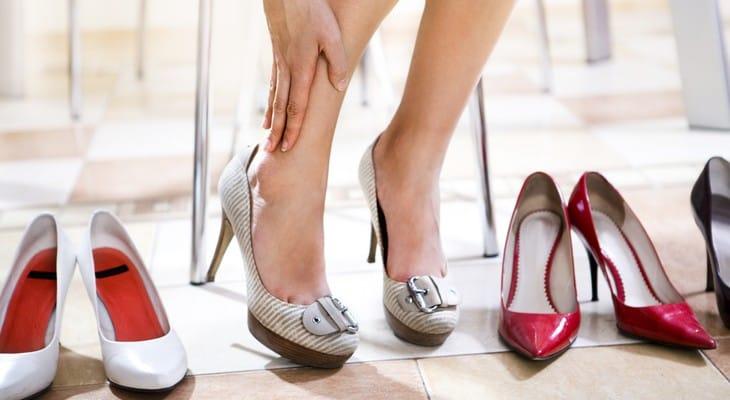 Як розносити тісне взуття (шкіряне або замшеве) швидко і дбайливо