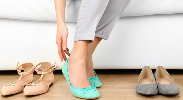 Як розносити туфлі, які тиснуть і натирають