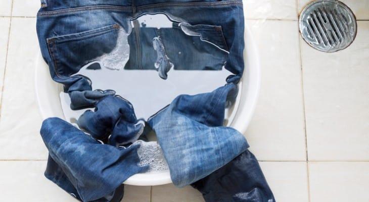 Як прати джинси, щоб вони не линяли і не сіли