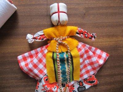 Як зробити ляльку мотанку з тканини