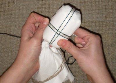 Як зробити хрест на ляльці мотанці