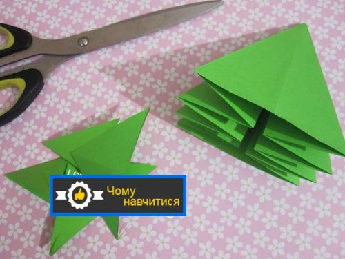 Ножицями відрізаємо нижню трикутну частину